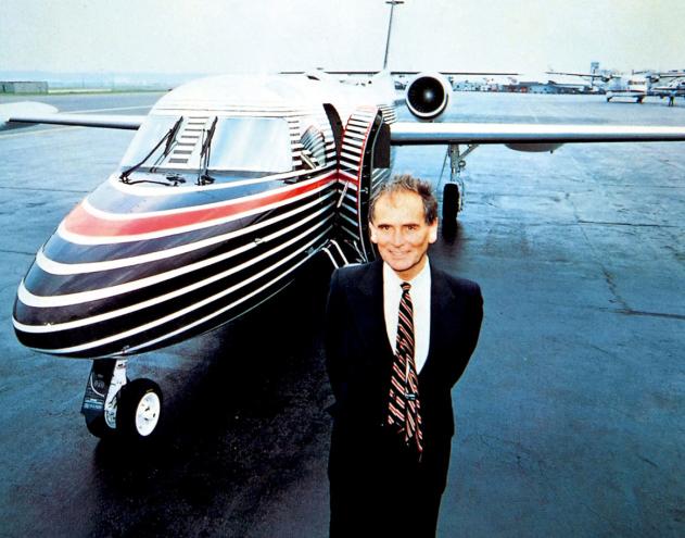 皮尔卡丹为美国太平洋飞机公司设计的以黑、红、白三色条纹装饰的飞机外形